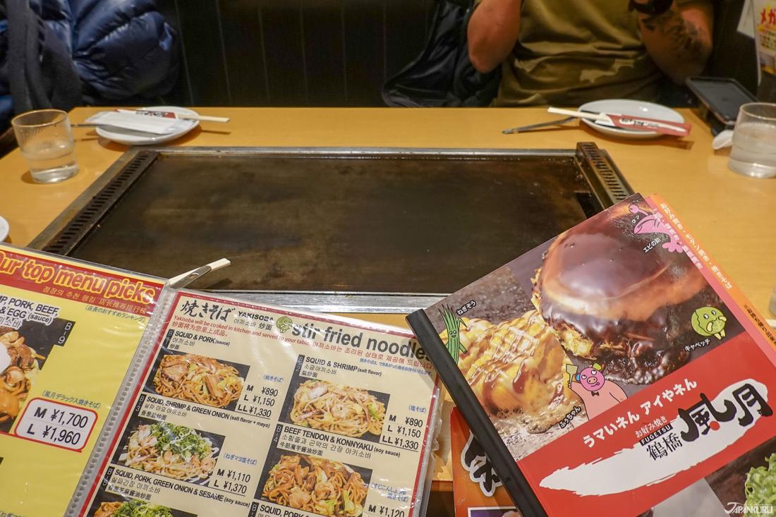 桌面的鐵板正在加熱中,菜單也有中英韓多語言