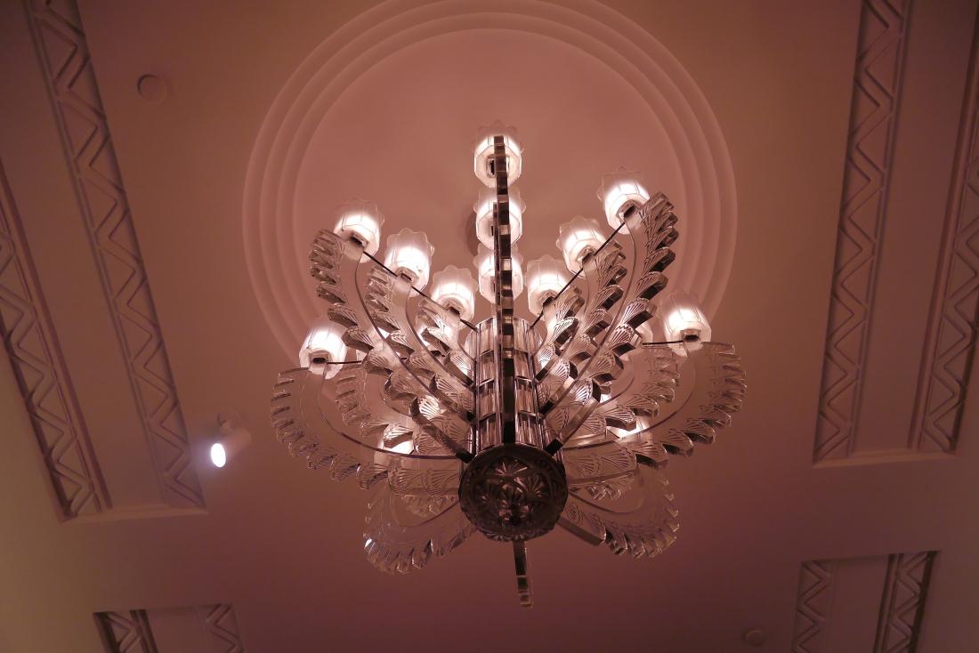 細緻的玻璃吊燈