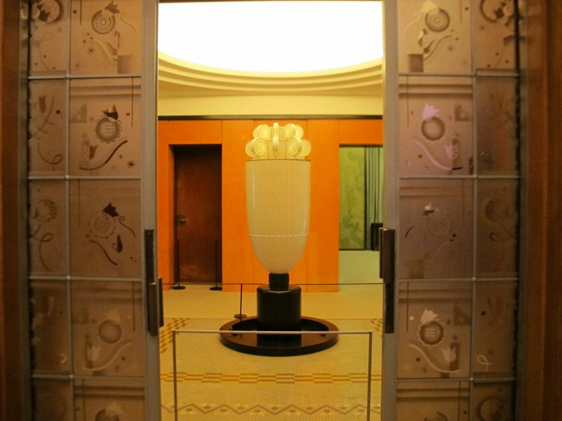 打開刻花玻璃門可以通往前廳