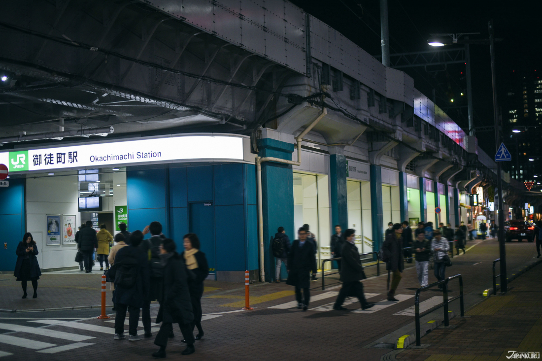 전차 길 아래 위치한 오카치마치 역의 개찰구