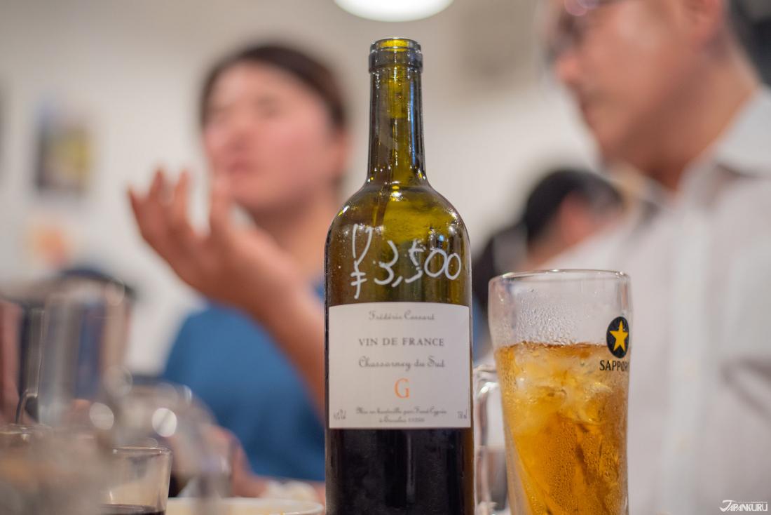 옆 테이블에서 함께 마시자며 제안한 와인