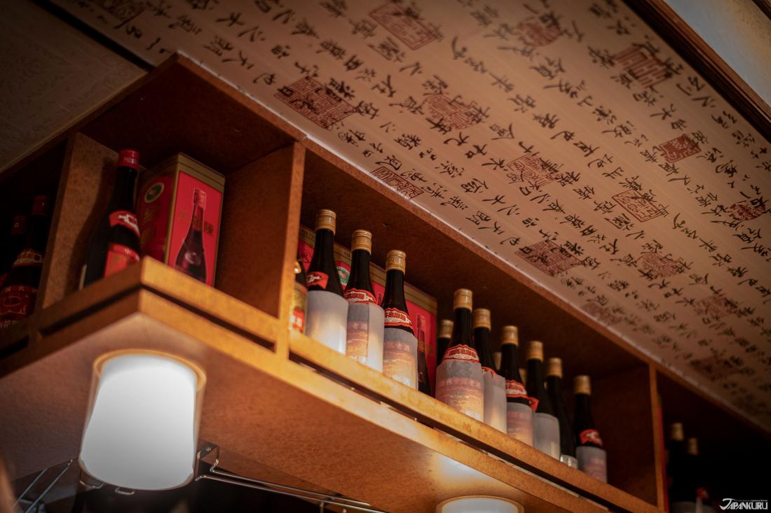 擺滿中國酒的櫥櫃