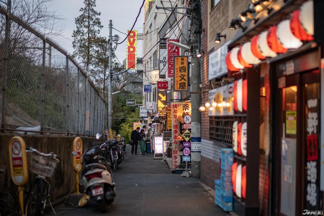 在日劇中,五郎叔是從另外一條路上找到這家店的。這棟樓的左邊,就是五郎當時走過的小巷。