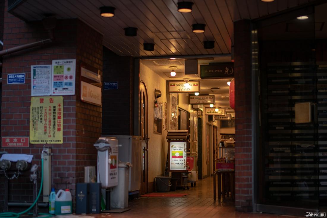 自巷中往這棟大樓看去,能看到黃綠紅三色招牌燈光正亮著!
