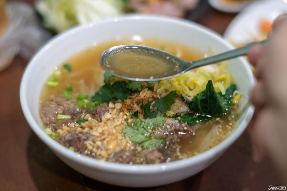 看似清澈的湯頭,湯下肚後卻令人回味無窮。