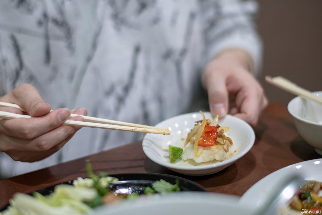 熱騰騰的糯米飯配上豬肉炒醃大芥菜,非常下飯
