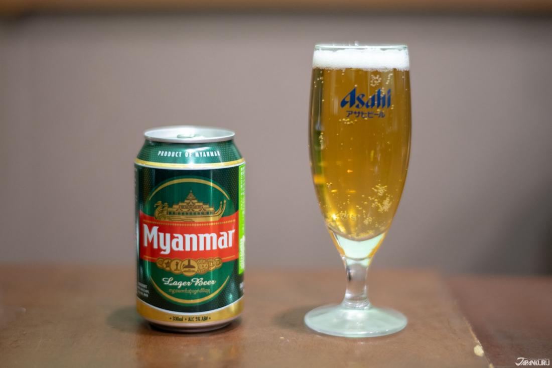 緬甸生啤酒,喝起來帶點苦味卻順口。