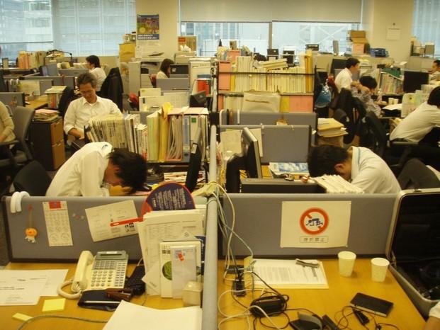Ngủ gật tại văn phong làm việc nguồn: veho.press