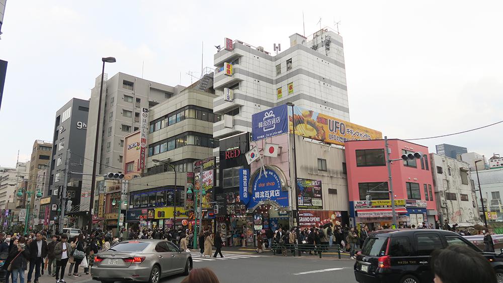 궂은 날씨임에도 많은 사람들이 신오쿠보를 찾았습니다.