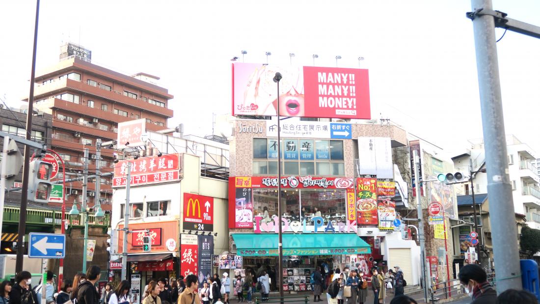 한국 음식 식당, 굿즈 판매점 등 다양한 상점들이 있습니다.