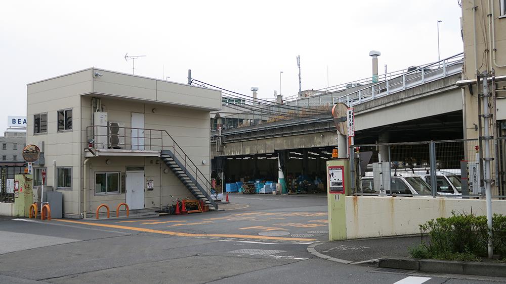 淀橋市場的入口,向右轉入就能看見伊勢堂食堂!