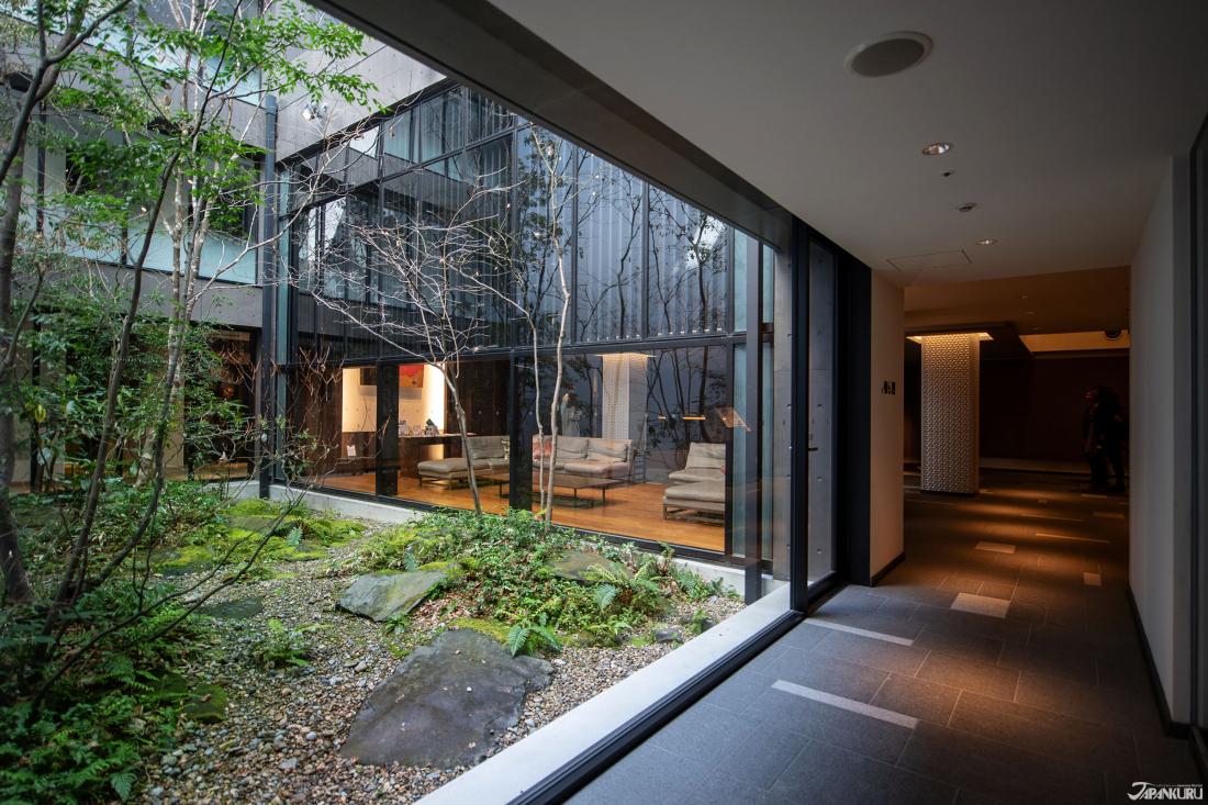 호텔 내부에 장식된 일본식 정원