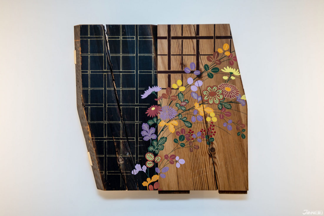 나무 판자위에 수놓은 듯이 그려놓은 정갈한 무늬