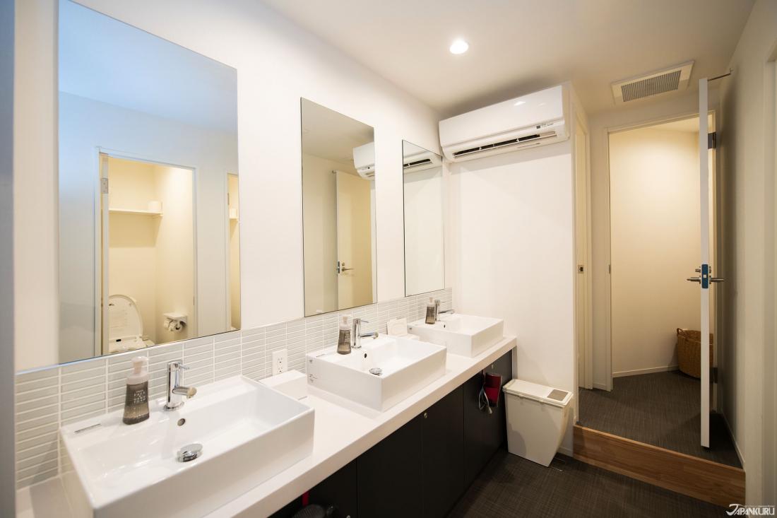 넓은 세면대 공간과 안쪽에는 깔끔한 샤워부스(2개)