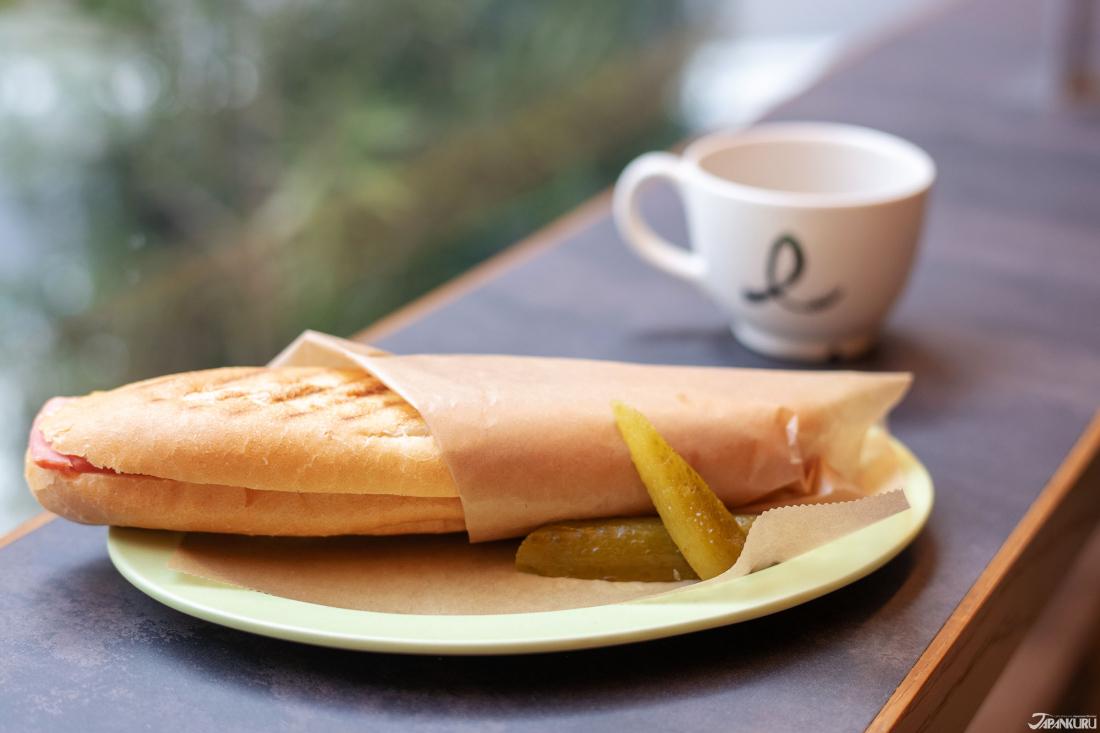직접구워주는 빵과 다크로스트 커피