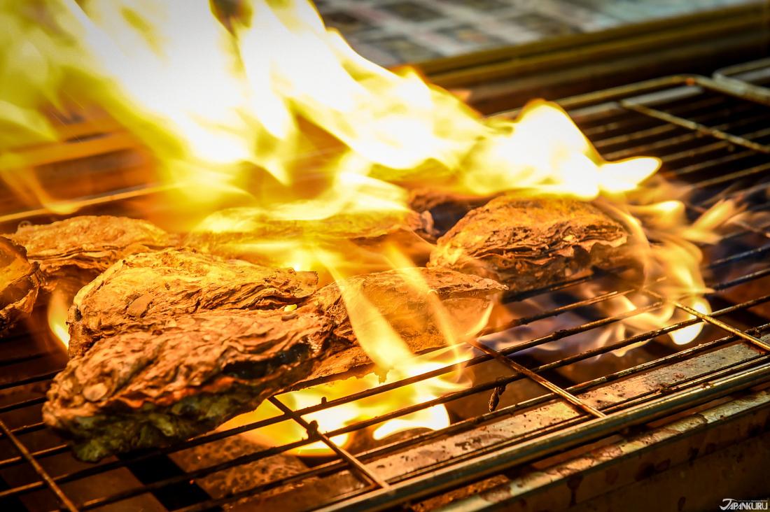 鐵網上直烤的牡蠣。