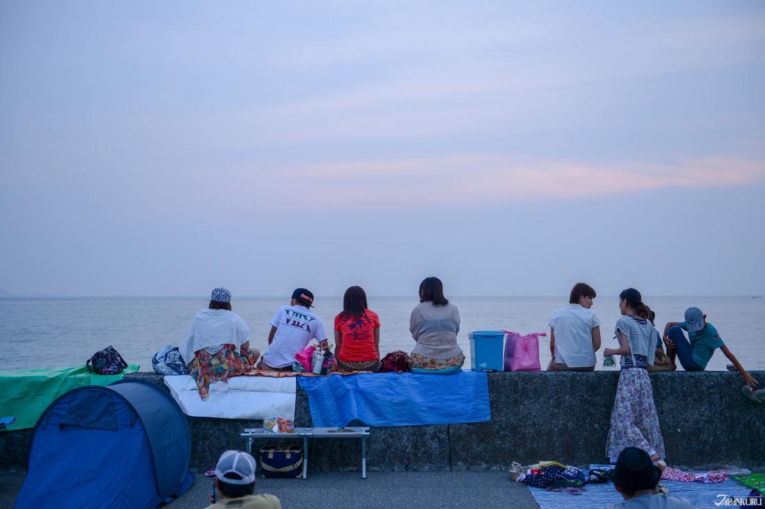 來看煙火的民眾早早鋪好墊子,坐等煙火施放。