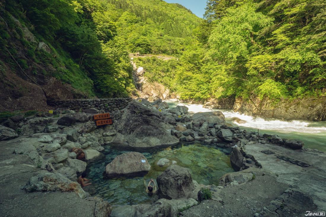 Kuronagi Onsen, des sources d'eau chaude à l'extérieur.