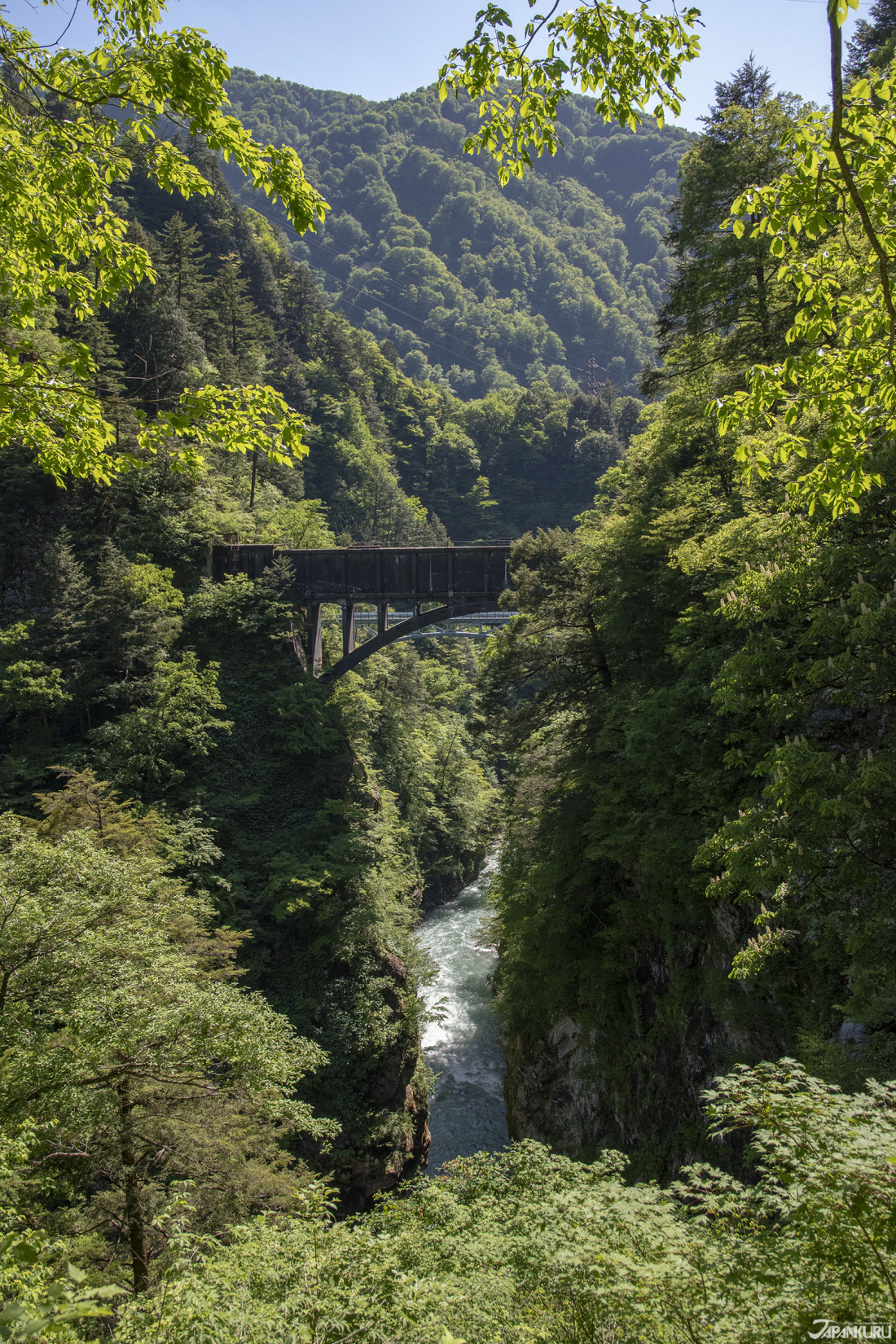 Cầu Atobiki  (後曳橋), nhìn qua thung lũng dường như không đáy.