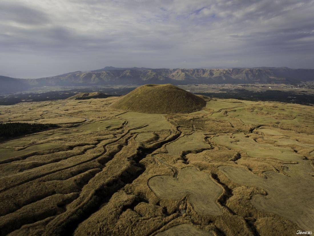 阿蘇山周邊因為火山熔岩的影響,植物生長困難的特殊景象