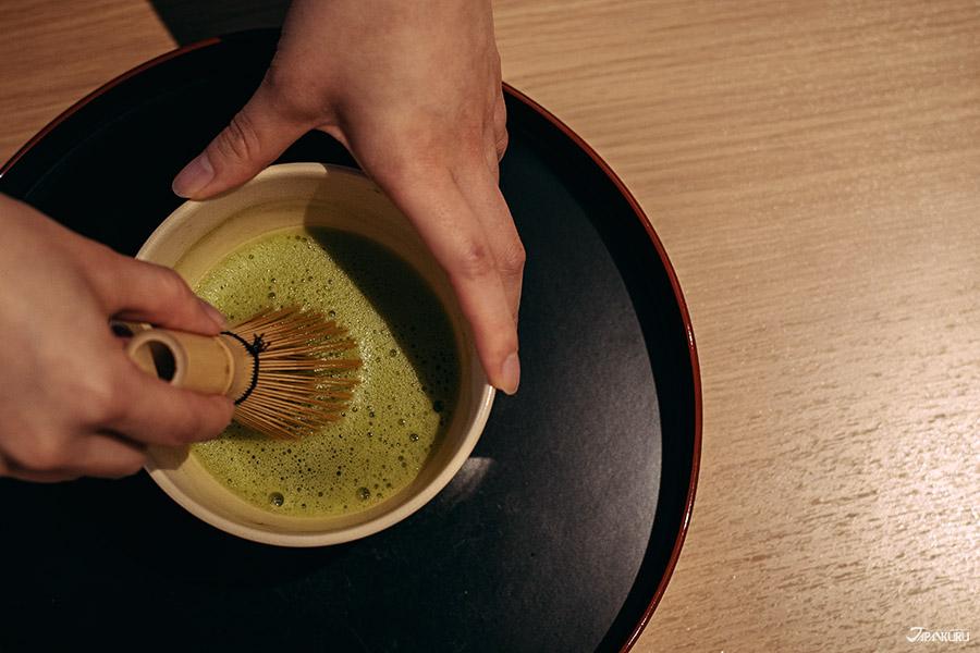 Faîtes votre matcha lors de votre cérémonie du thé.