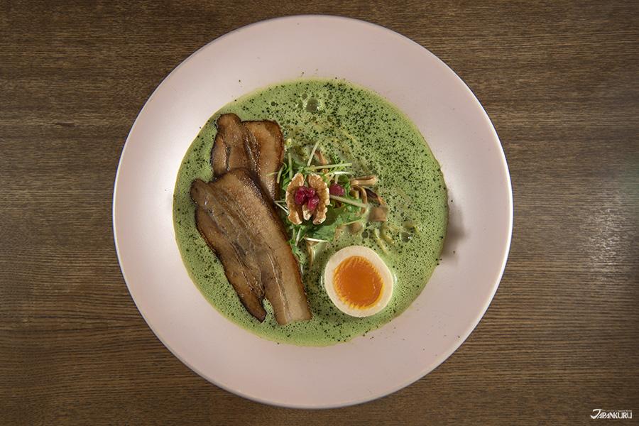 말차를 넣어 녹색을 띄는 '말차 하쿠토우 라멘(抹茶鶏白湯らぁめん)'