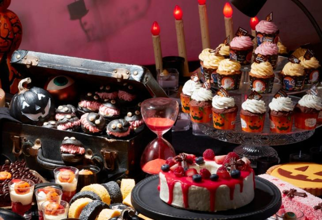 This classy hotel is known for high-end pastries, but this year is the first time they're doing a Halloween-themed sweets buffet! Head over to try jack-o-lantern cupcakes, black charcoal ghosty cream puffs, bloody red jellies, and more. If you go for dinner, you'll be able to fill up a little first with seasonal autumn dishes.