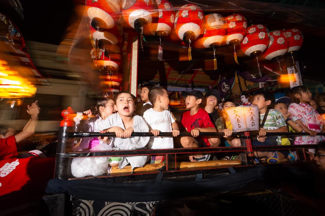 小孩也無所畏懼地在屋台上享受祭典的高潮