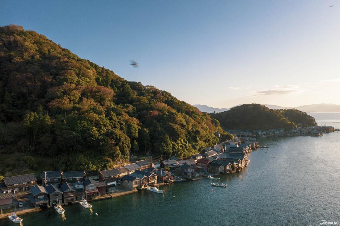 수상주택으로 유명한 이네쵸(伊根町)는 일본국내의 각종 드라마,영화의 촬영지로 이용되기도.