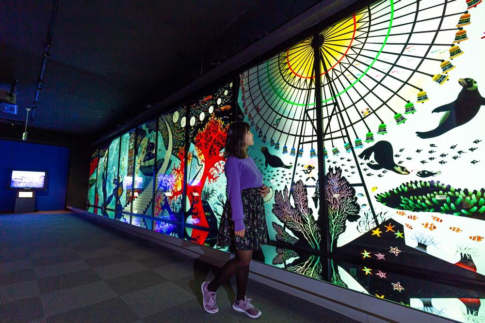 2樓有日本知名藝術家─藤城清治為鐘崎畫的作品