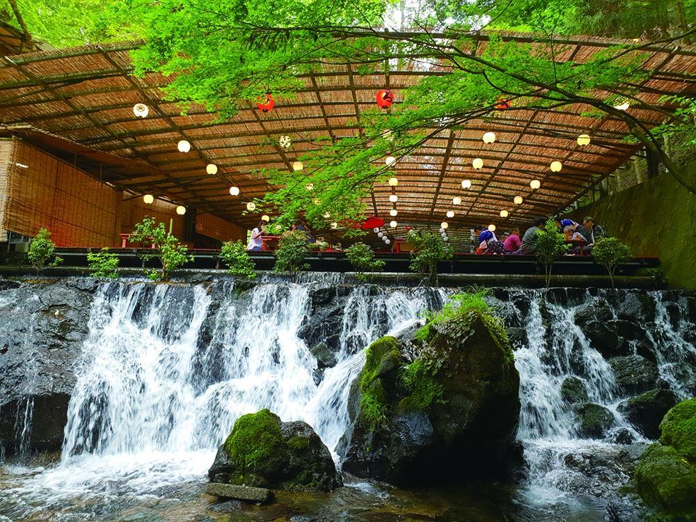 京都夏日限定美食:川床料理与流水素面 和风拂面凉一下