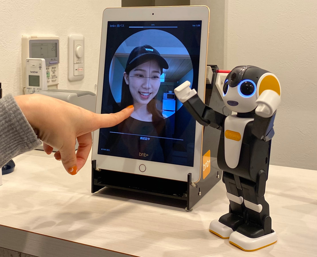 不只郭董口罩!日本夏普联手东京青年旅馆 AI机器人同抗新型肺炎疫情