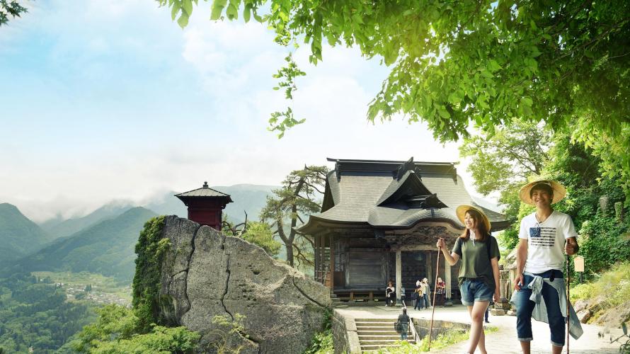 山形県 山形市の山にそびえ立つ 立石寺