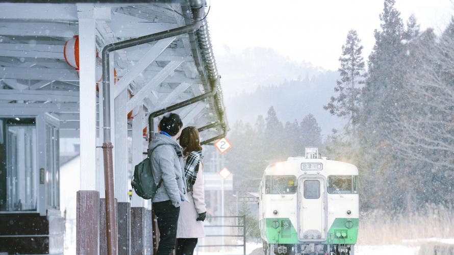 会津若松駅 雪降るホームで待つ只見線
