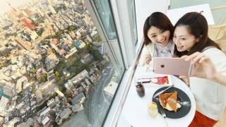 位於森大廈52樓的景觀咖啡廳與餐廳