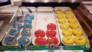 일본 크리스피도넛에서 엘모도넛을 만나다! 세서미 스트리트와의 특별한 콜라보레이션