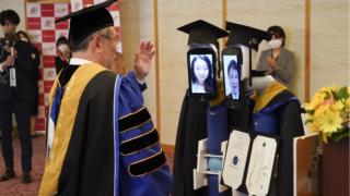 코로나바이러스의 영향으로 완전 온라인 아바타 로봇 졸업식