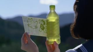 환경을 위해 라벨을 벗어던지기 시작한 일본의 페트병 음료들